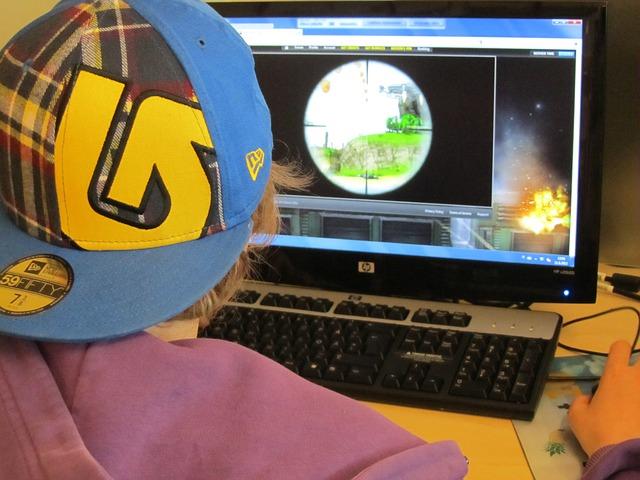 Dreng spiller Sims 4